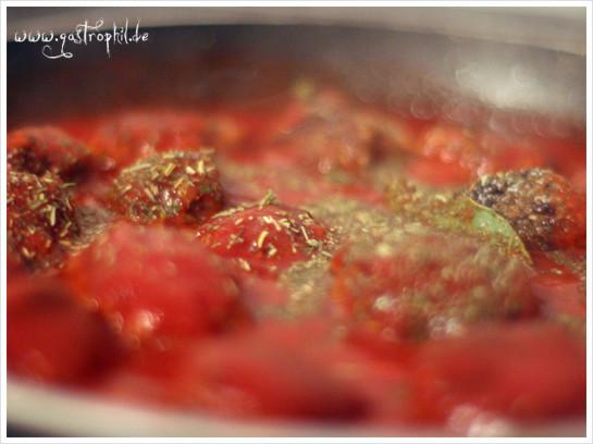 hackbaellchen-tomatensauce-kraeuter