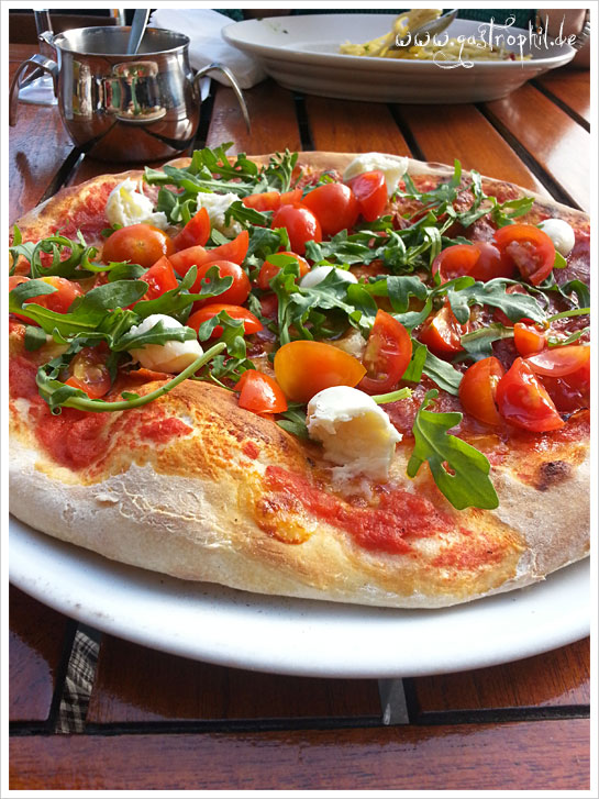 Pizza mit Büffelmozzarella und Kirschtomaten