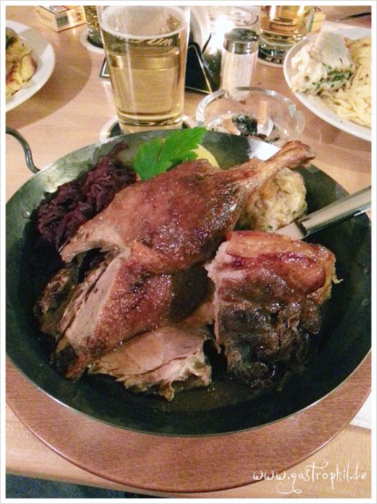 Paulaner-Pfännle (eine Verniedlichung ist hier eigentlich nicht angebracht). Schweinehaxe, Entenkeule (halbe Ende eher) und Schweinekrustenbraten mit Rotkohl und zwei Knödeln *puh*