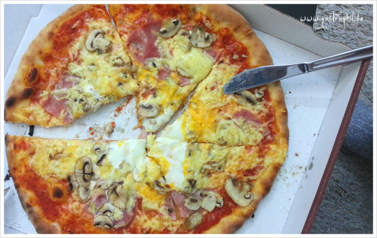 Pizza mit Schinken, Champignons, extra Käse und Spiegelei