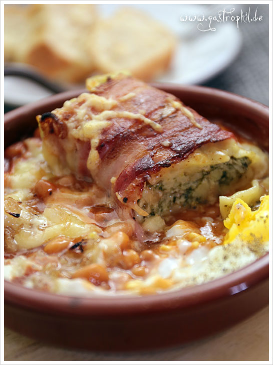 bacon-wrapped-maultasche-baked-beans-egg-2
